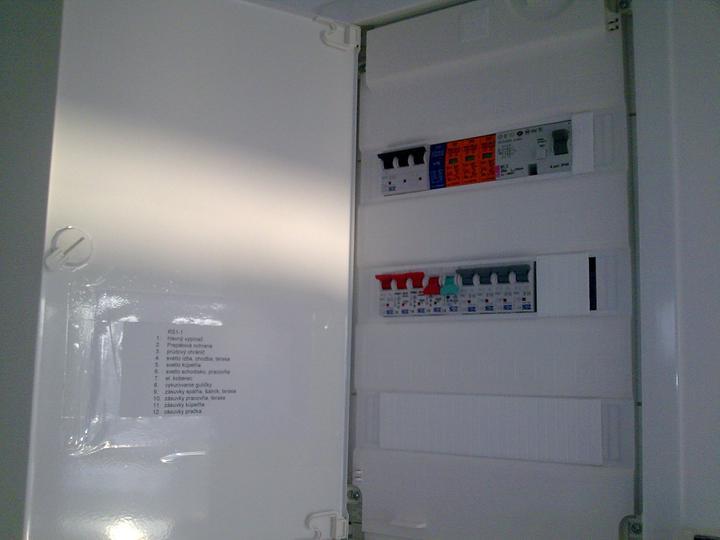 Príbeh našej stavby II - rok 2011 - Takto nám elektrikári pekne označili jednotlivé poistky