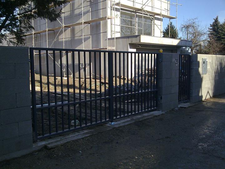 Príbeh našej stavby II - rok 2011 - Čerstvo namontovaná brána, bránka, bránička...