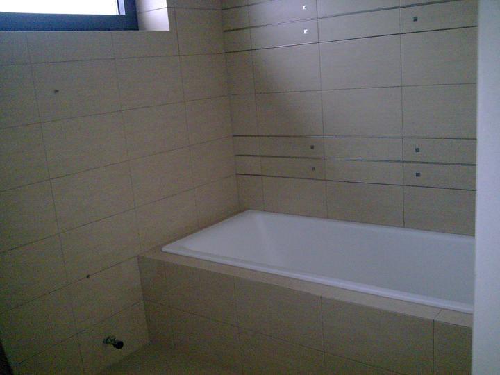 Príbeh našej stavby II - rok 2011 - Zatiaľ len vaňa, na budúci týždeň sa montuje ostatná sanita