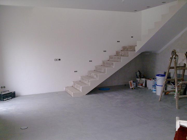 Príbeh našej stavby II - rok 2011 - Ešte preto neupratujeme ani dlažbu neumývame, však aj zatiaľ bohvieako nevyzerá.