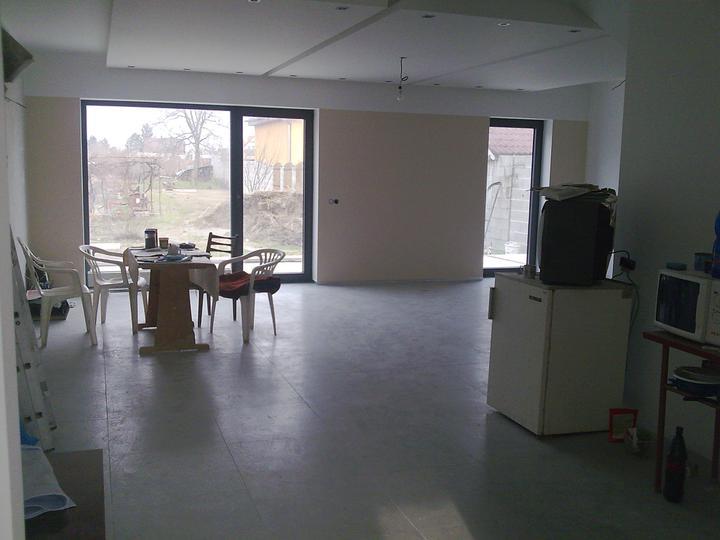 Príbeh našej stavby II - rok 2011 - Zatiaľ v obývačke majú svoje miesto na oddych a mlsanie naši majstri -stavbári