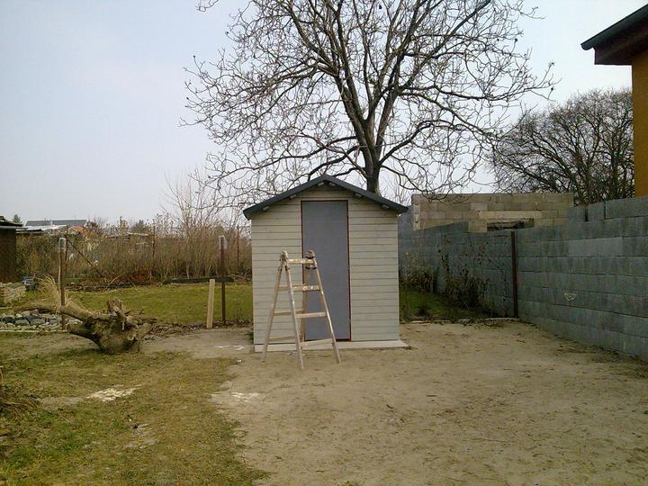 Príbeh našej stavby II - rok 2011 - ...a domček na náradie.