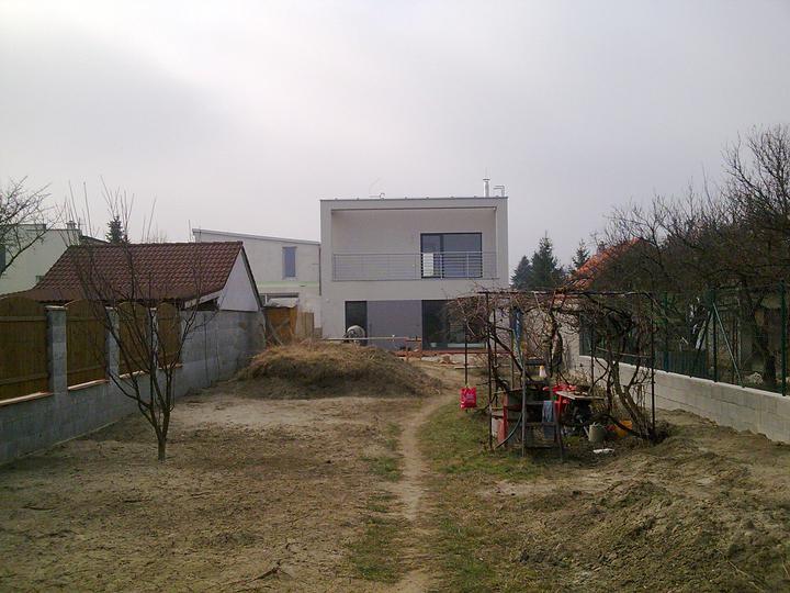 Príbeh našej stavby II - rok 2011 - Pohľad od domčeka na náradie. Vpravo je starástudňa s čerpadlom - pod pergolou s viničom, celé to ideme zrekonštruovať.