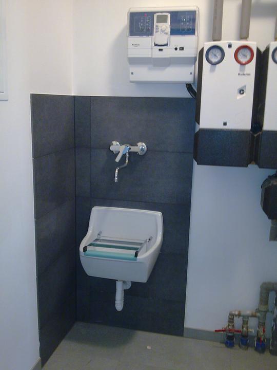 Príbeh našej stavby II - rok 2011 - Výlevka v technickej miestnosti. A tým máme kompletne hotovú prvú miestnosť v dome- technickú.