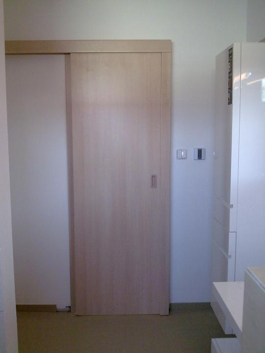 Príbeh našej stavby II - rok 2011 - Najnovšie sa teším z interiérových dverí - toto su posuvné v kúpelni