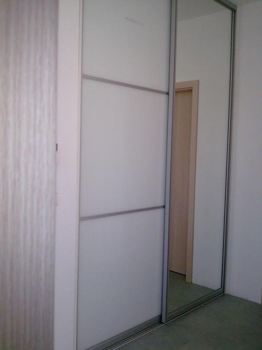 Príbeh našej stavby II - rok 2011 - Vstavaná skriňa v predsieni, posuvné dvere - jedna časť so zrkadlom, druhá s bielym lakobelom