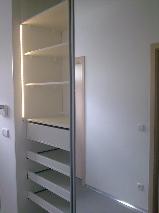 Príbeh našej stavby II - rok 2011 - LED pásik pri policiach v vstavanej  skrini