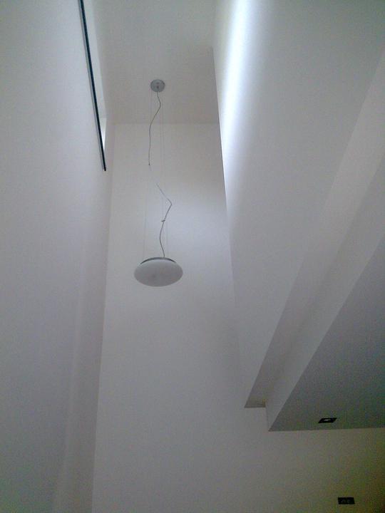 Príbeh našej stavby II - rok 2011 - Svietidlo nad schodiskom, to bolo naťažšie rozhodovanie sa čo tam zavesiť