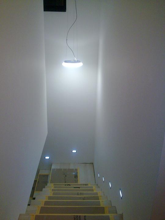 Príbeh našej stavby II - rok 2011 - Aj pri pohľade zhora. Na drevných schodoch je ošte ochranné krytie pre istotu.