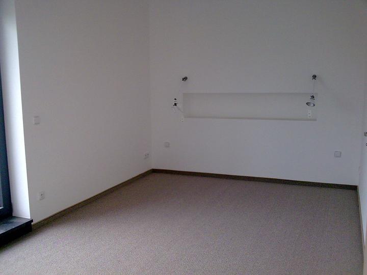 Príbeh našej stavby II - rok 2011 - Spálňa čaká už len na posteľ. Aj nočné lampičky su už namonotvané.