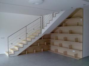 knižnica pod schodami,  na schodoch ešte ochranný papier