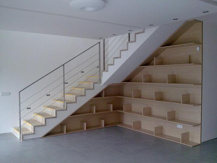 Príbeh našej stavby II - rok 2011 - knižnica pod schodami,  na schodoch ešte ochranný papier