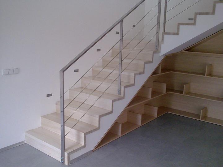 Príbeh našej stavby II - rok 2011 - schodisko už očistené, umyté...