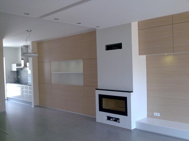 Príbeh našej stavby II - rok 2011 - obývačková stena po oboch stranách krbu