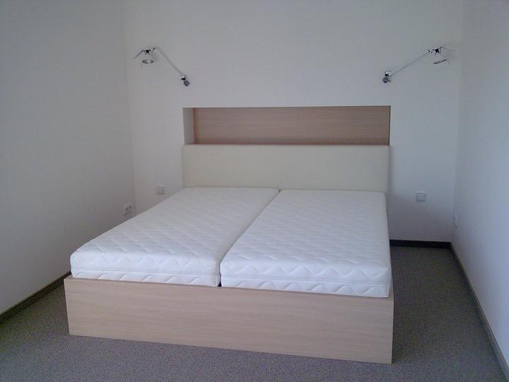 Príbeh našej stavby II - rok 2011 - Keďže už aj postielka zmontovaná, rošta aj matrace uložené, ideme sa sťahovať
