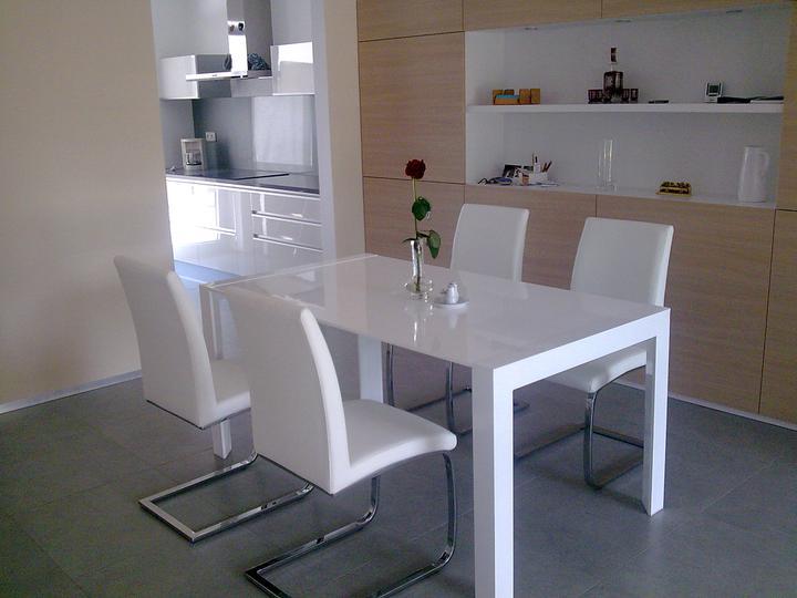 Príbeh našej stavby II - rok 2011 - Už 2 týždne stolujeme za novým stolom.