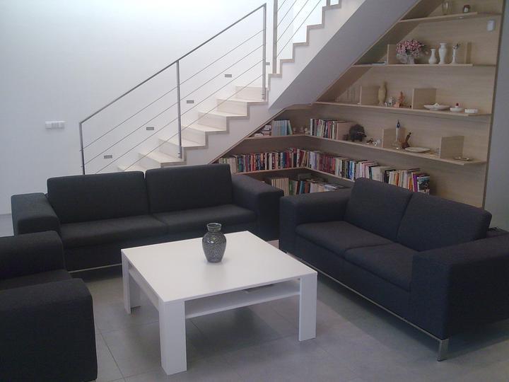 Príbeh našej stavby II - rok 2011 - Sedačka so stolíkom už fungujú. Keď sa nebude dať robiť vonku, začnem riešiť doplnky.Zatiaľ mám na policiach všetko len na rýchlo uložené, tak ako sme to preniesli z bytu. A ešte množstvo kníh mám u rodičov.