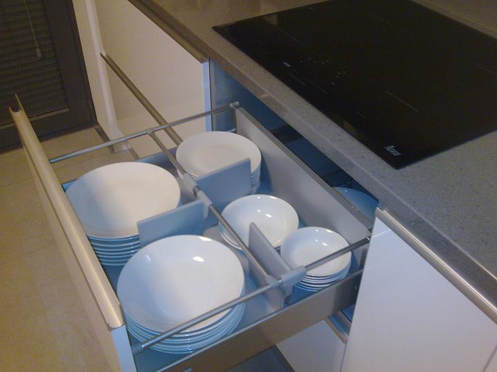 Príbeh našej stavby II - rok 2011 - Pod indukčnou doskou zásuvný regál na taniere, pri varení sa aspoň mierne nahrejú