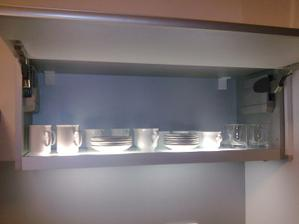 Najviac používané poháre a šálky,  najbližšie po ruke. Osvetlené zabudovaným svetlom v skrinke, ktoré osvetluje aj pracovnú dosku.