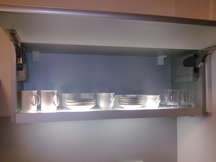 Príbeh našej stavby II - rok 2011 - Najviac používané poháre a šálky,  najbližšie po ruke. Osvetlené zabudovaným svetlom v skrinke, ktoré osvetluje aj pracovnú dosku.