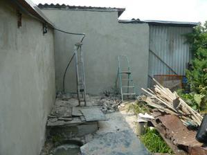 garážová zeď a pohled ze zahrady - staré...