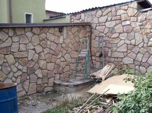 garážová zeď a pohled ze zahrady  - nové