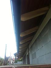 Nad vchodom 90 cm vysunutá strecha