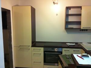 Este jednu policku k vysokej skrini a dvierka a je to komplet