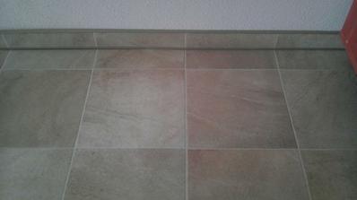 podlaha s okrajovou lištou
