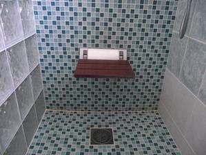sedátko v sprchovom kúte