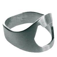 Můj oblíbený zásnubní prsten. Ušetřim vám čas - ano, je to zároveň otvirák na lahvový.