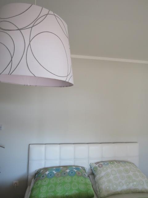Z času na čas čosi pribudne :-) - stenu sme namaľovali v odtieni čarbaníc na svietidle