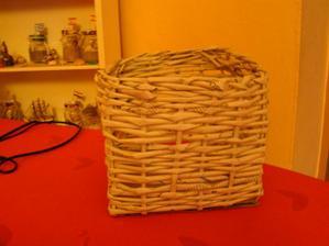 ...muj první zkušební košík pletený z novinového papíru....