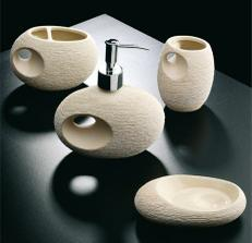 Koupelnový keramický set Rústica Blanca značky Bath and kitchen si můžete pořídit buď jako komplet, nebo i jednotlivé kousky (například mýdlenku za 257 Kč, držák na kartáčky za 379 Kč, pohárek na vodu za 305 Kč).