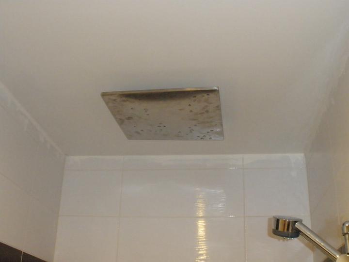 Vyrobená stropní sprcha 350x350mm. Bohužel trošku zkroucená po svařování a po vypnutí docela dlouho z ní kape voda.
