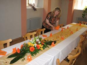 Petra (švagrová) připravuje stůl
