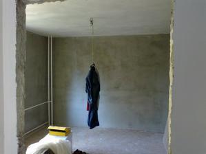 V bytě není jedinné čisté místo kam položit oblečení tak visí místo lustru