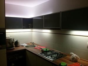 Vysoce svítivé led pásky tak osvětlí kuchyň, že kdybych dělal podruhé kuchyň tak tam nedávám žádné stropní světlo protože ho vůbec nepoužíváme.