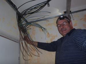 V tom by se ani sviňa nevyznala. Ještě že máme šikovného elektrikáře.