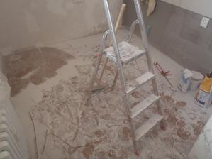 Bílý prach po broušení sadrokartonu - tuto část pokládání sadroše přímo nesnáším.