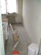 Vytrhal se hnusny plastovy kryt co byl kolem zdi