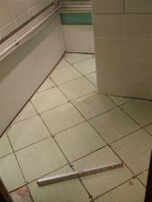 Polozila se podlaha a rozvedla voda v plastu k umyvadlu