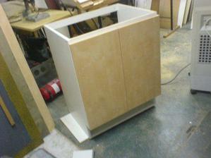 První na půl udělaná skříňka ke kuch. lince