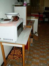 naše improvizovaná kuchyň na chodbě po dobu celé rekonstrukce :-o