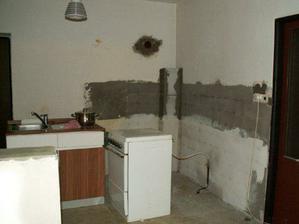 """takže """"díra"""" mezo obývákem a kuchyní hotova... roh vyzděný... obklady strhané a začištěné... elektrika předělaná a začištěná..."""
