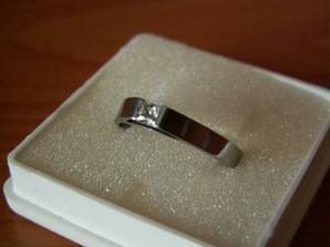 první prstýnek...          po půl roce jsem dostala tento krásný nerezový prstýnek, který Libor navrhl, vyrobil a sám naleštil... nikdo jiný než on ho tedy přede mnou neměl v ruce :-)