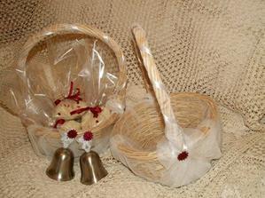 Dnes jsem opět tvořila... v košíčkách družičky ponesou balíčky s rýží a také každá svůj zvoneček...