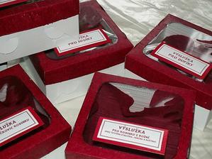 Výslužkové krabice ... mám dva druhy... tyhle bordó mi dali větší práci, takže je mám pro lidi u kterých vím, že to ocení ;-)