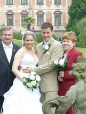 novomanželé s rodiči nevěsty