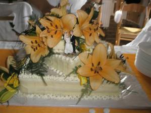 náš dortík s živými liliemi